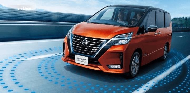 Gambar ini menunjukkan Nissan serena Model Tahun 2020 tampak depan