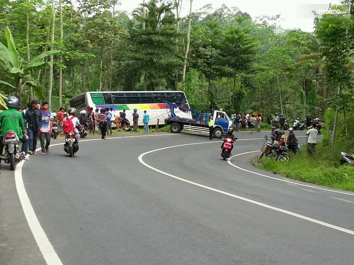 Foto Bus terperosok karena pengemudi gagal mengendalikan saat melintas di tikungan