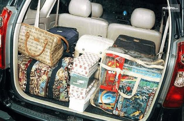 Gambar ini menunjukkan barang-barang yang terdapat di bagasi mobil