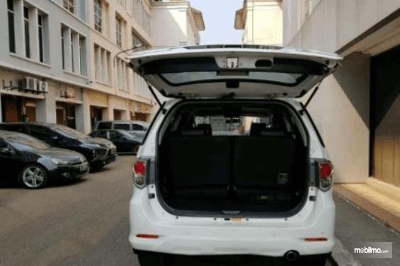 Gambar ini menunjukkan Toyota Fortuner 2014 dalam kondisi pintu bagasi terbuka