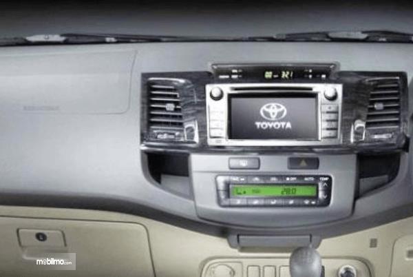 Gambar ini menunjukkan fitur hiburan yang terdapat pada Toyota Fortuner 2014
