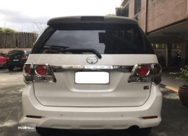 Gambar ini menunjukkan bagian belakang mobil Toyota Fortuner 2014