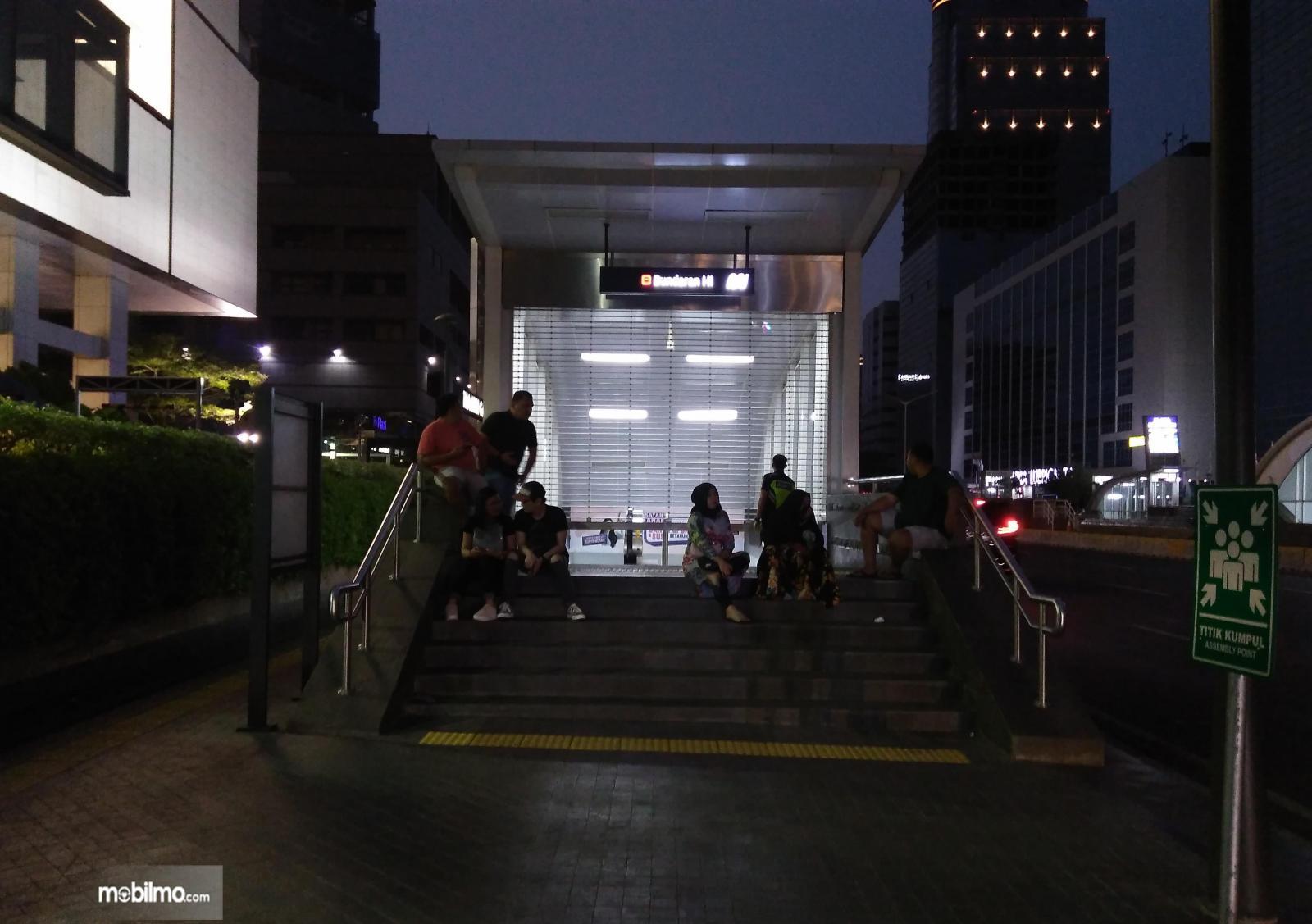 Foto beberapa warga bercengkerama di depan gedung saat mati listrik