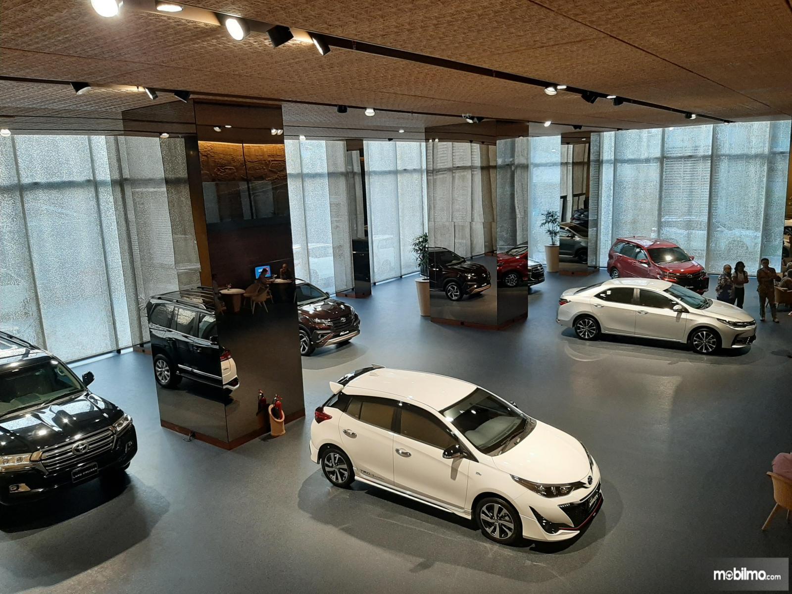 Foto menunjukkan sejumlah mobil dipajang di diler Auto2000