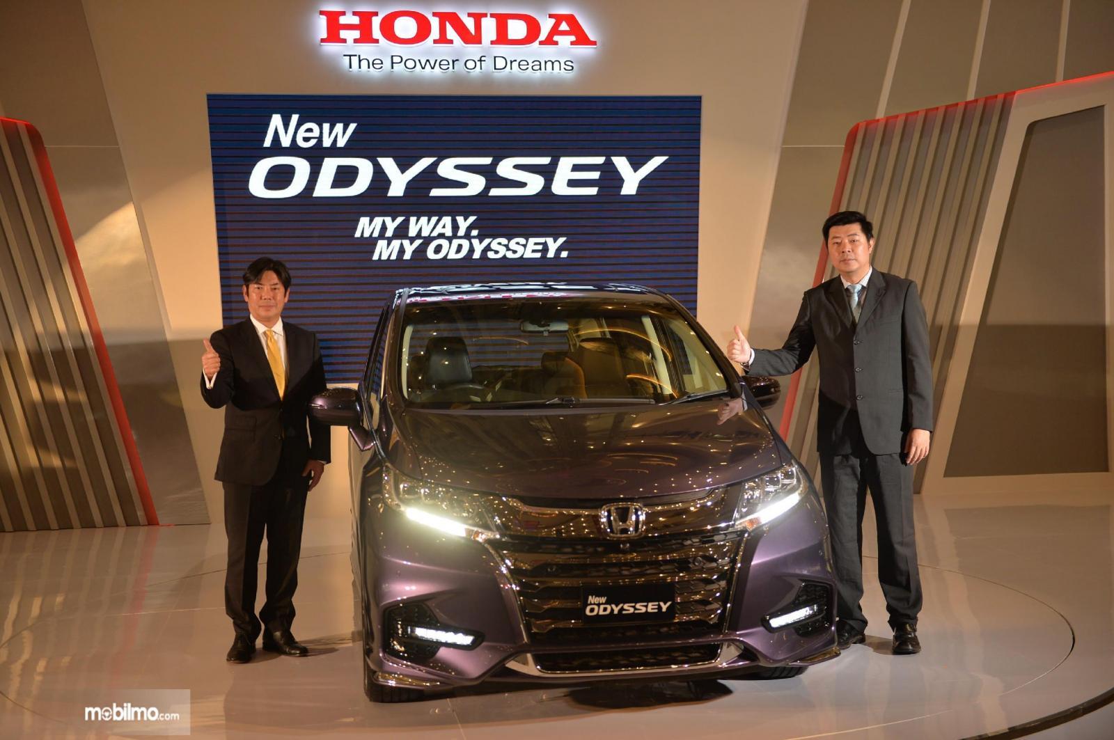 Foto Jonfis Fandy bersama Honda Odyssey