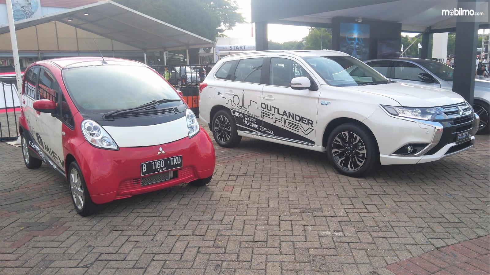 Foto Mitsubishi i-MiEV dan Outlander PHEV saat diperkenalkan di Indonesia