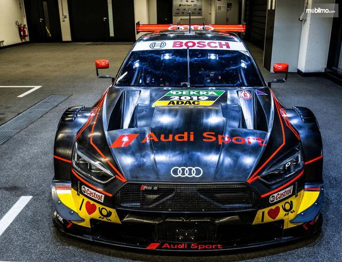 Gambar ini menunjukkan mobil  Audi RS5 DTM 2019 tampak bagian depan