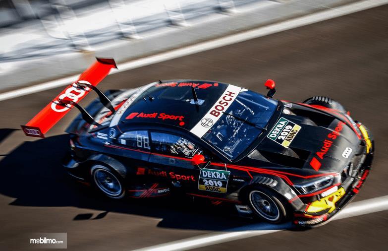 Gambar ini menunjukkan mobil  Audi RS5 DTM 2019 tampak samping dan atas