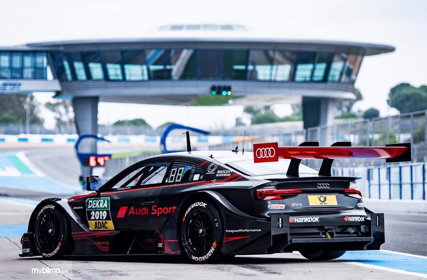 Gambar ini menunjukkan bagian belakang mobil  Audi RS5 DTM 2019
