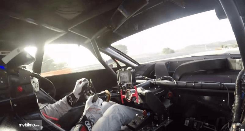 Gambar ini menunjukkan bagian dalam  Audi RS5 DTM 2019