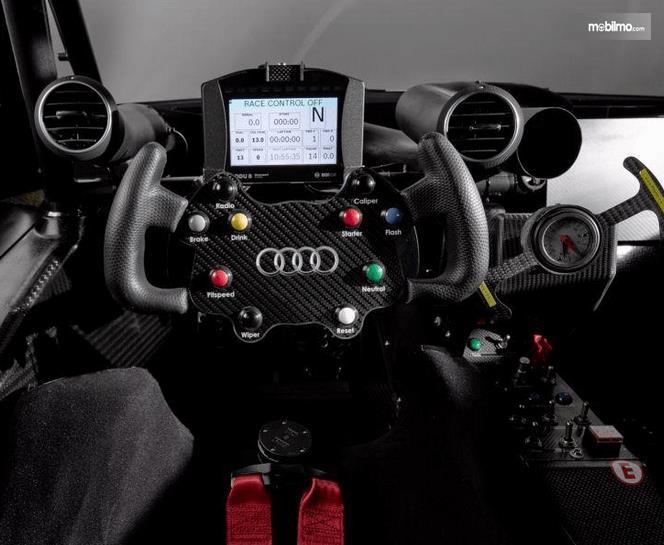 Gambar ini menunjukkan bagian kemudi mobil  Audi RS5 DTM 2019