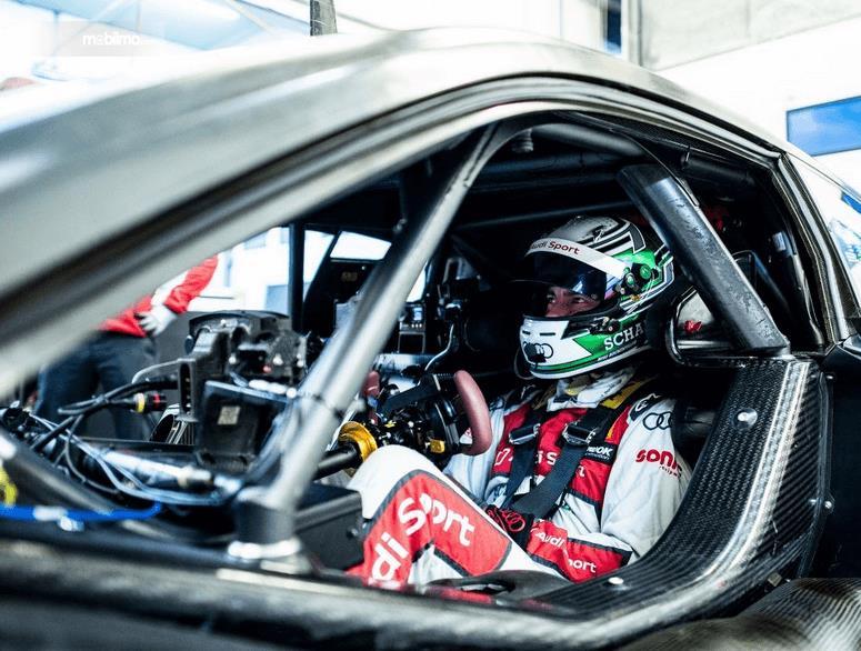 Gambar ini menunjukkan interior mobil  Audi RS5 DTM 2019 dan tampak pengemudinya
