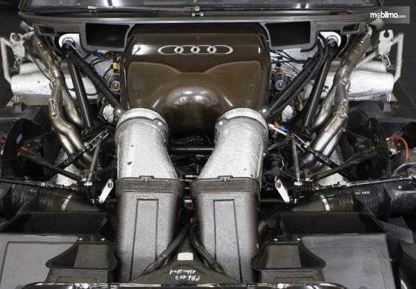Gambar ini menunjukkan mesin mobil  Audi RS5 DTM 2019