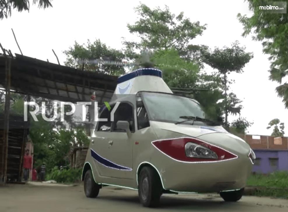 Gambar ini menunjukkan mobil Tata Nano warna putih yang didesain seperti helikopter