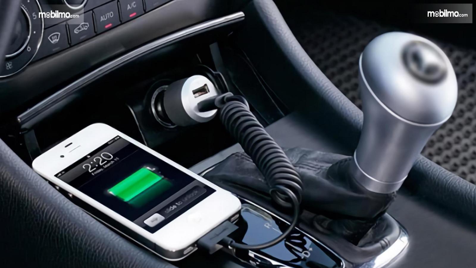 Foto Handphone sedang dicas dalam mobil