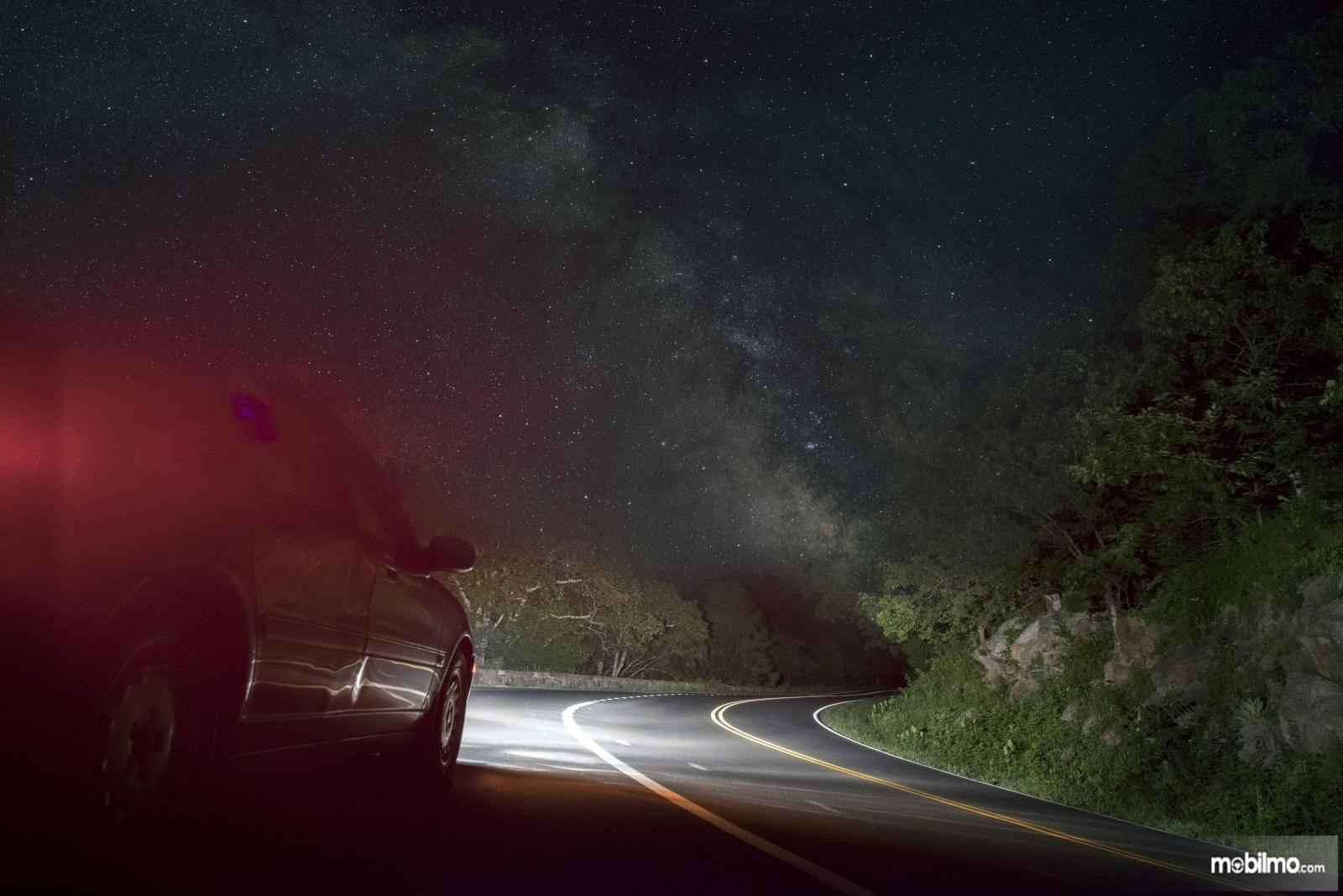 Foto jalan sepi di malam hari