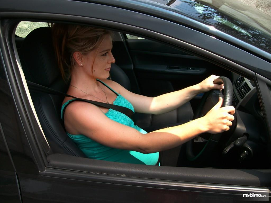 Pengemudi berkonsentrasi penuh saat mengemudi di jalan raya
