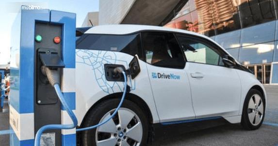 Gambar ini menunjukkan mobil listrik sedang dilakukan pengecasan