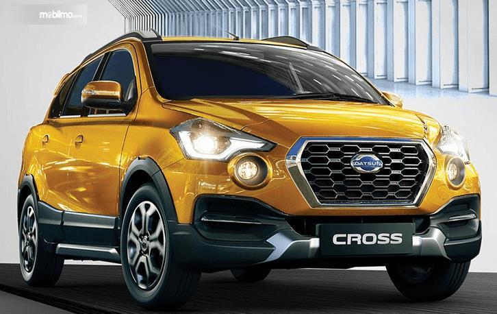 Gambar ini menunjukkan mobil Datsun Cross warna kuning tampak bagian depan