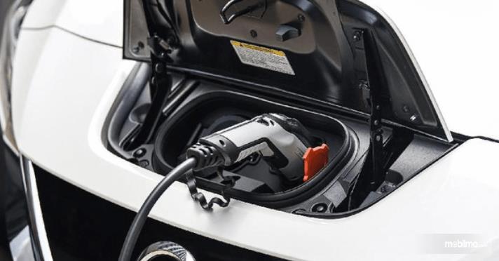Gambar ini menunjukkan pengecasan mobil listrik