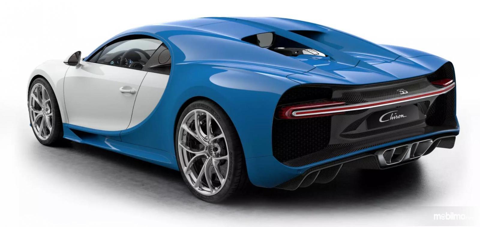 Foto Bugatti Chiron tampak dari samping belakang
