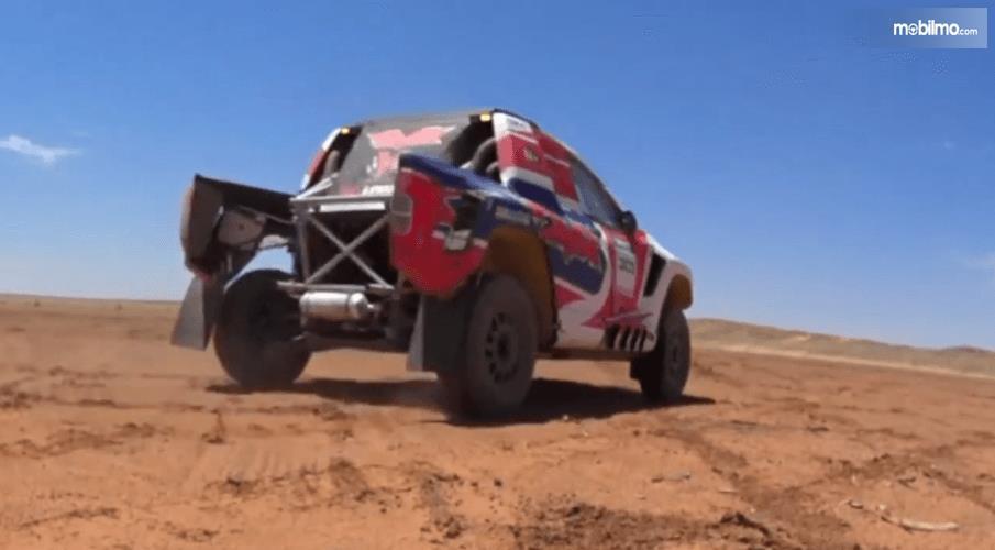 Gambar ini menunjukkan bagian belakang mobil Nissan Navara Dakar 2019