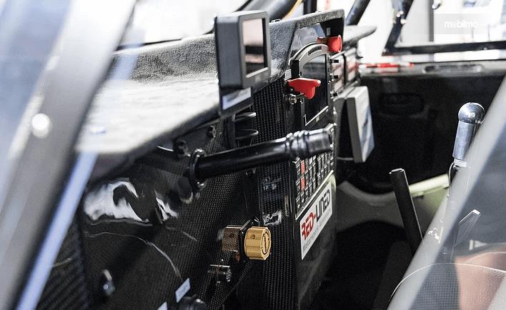 Gambar ini menunjukkan fitur di dalam mobil Nissan Navara Dakar 2019