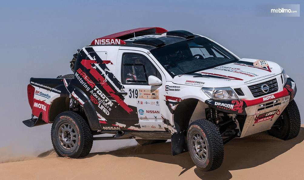 Gambar ini menunjukkan bagian samping mobil Nissan Navara Dakar 2019