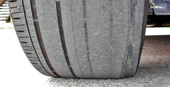 Foto ban mobil dalam kondisi gundul