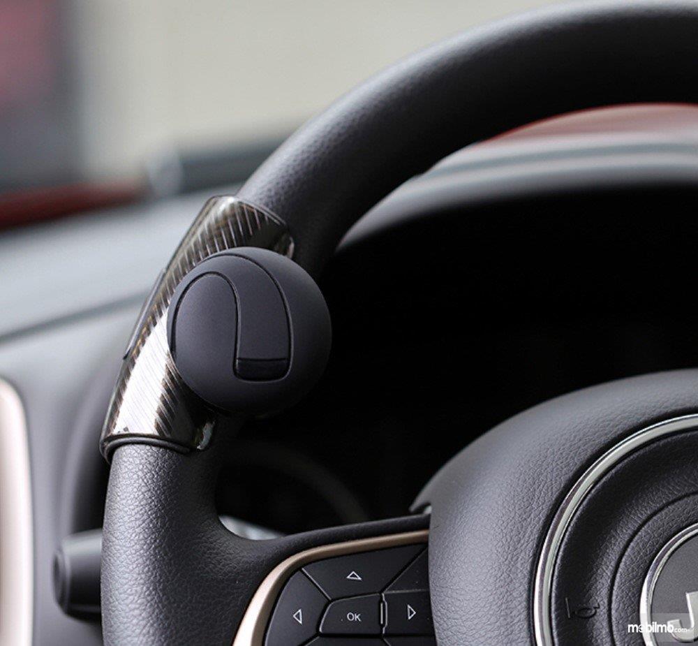Foto kemudi mobil dengan tuas pengotro / steering knob