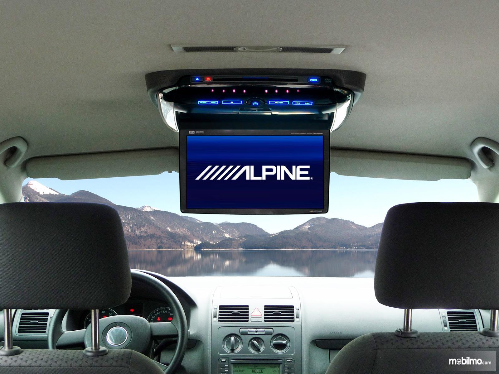 Foto menunjukkan mobil dengan layar hiburan roof monitor aftermarket