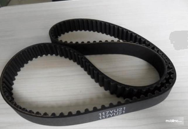 Gambar ini menunjukkan timing belt pada mobil