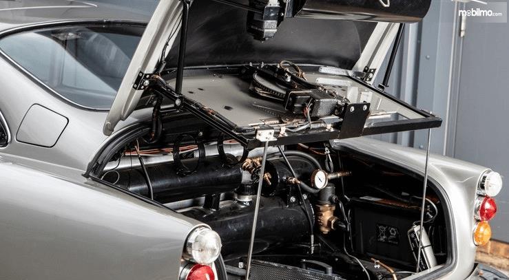 Gambar ini menunjukkan bagian dari bagasi belakang dari mobil Aston Martin DB5