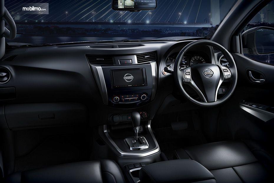 Foto Dashboard dan setir Nissan Navara 2.5 VL AT 2019 yang didominasi warna hitam