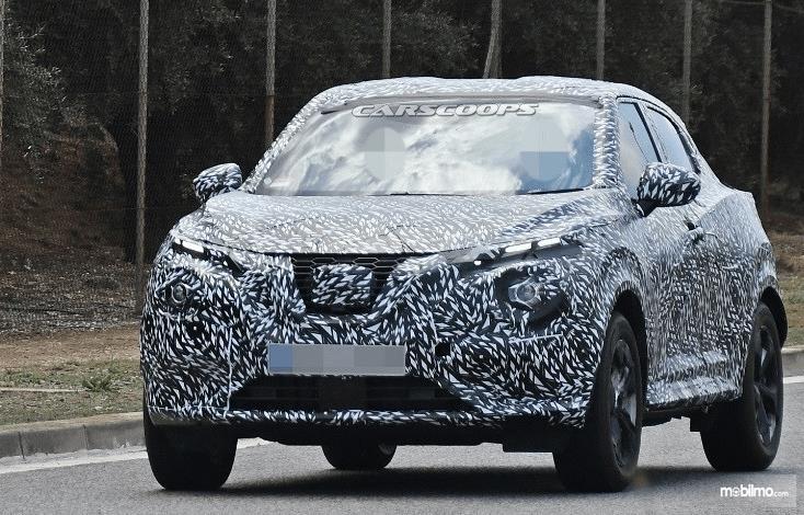 Gambar ini menunjukkan mobil Nissan Juke Generasi Terbaru yang masih terkamlufase