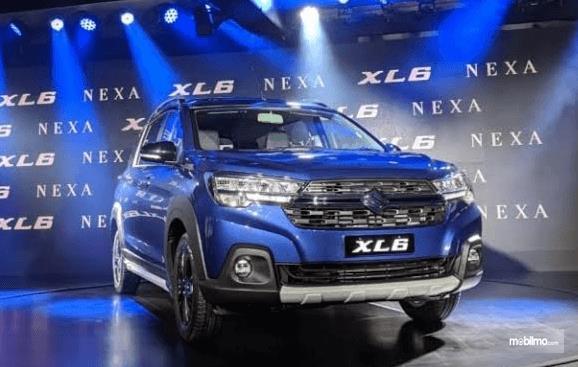 Gambar ini menunjukkan mobil Suzuki XL6 warna biru tampak depan