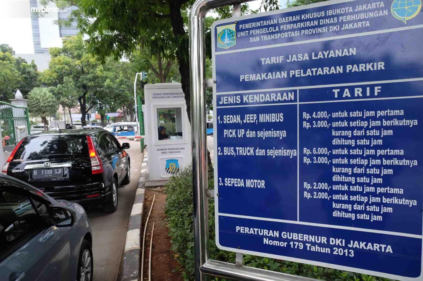 Plang tarif parkir di DKI Jakarta untuk mobil dan sepeda motor