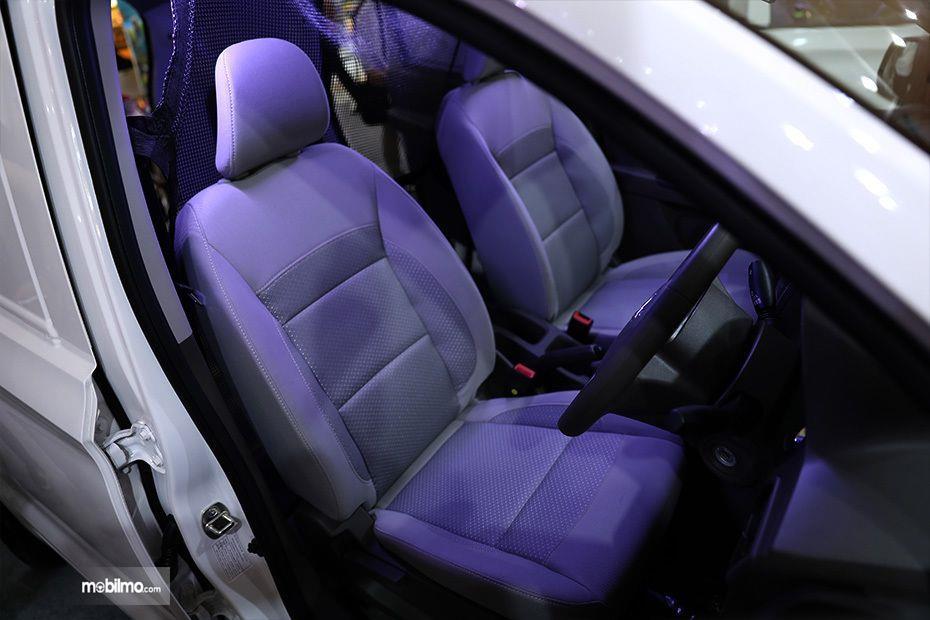 Foto menunjukkan kursi baris depan Wuling Formo Blind Van, ada headrest dan sabuk pengaman