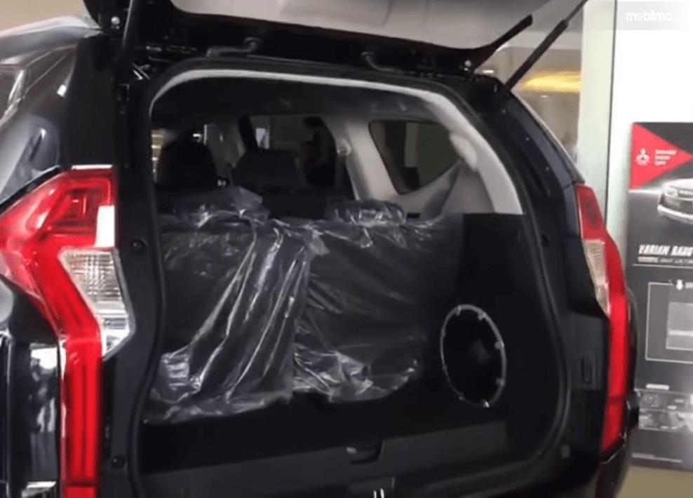 Gambar ini menunjukkan bagasi mobil Mitsubishi Pajero Sport Rockford Fosgate 2018