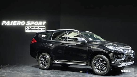 Gambar ini menunjukkan bagian samping mobil Mitsubishi Pajero Sport Rockford Fosgate 2018