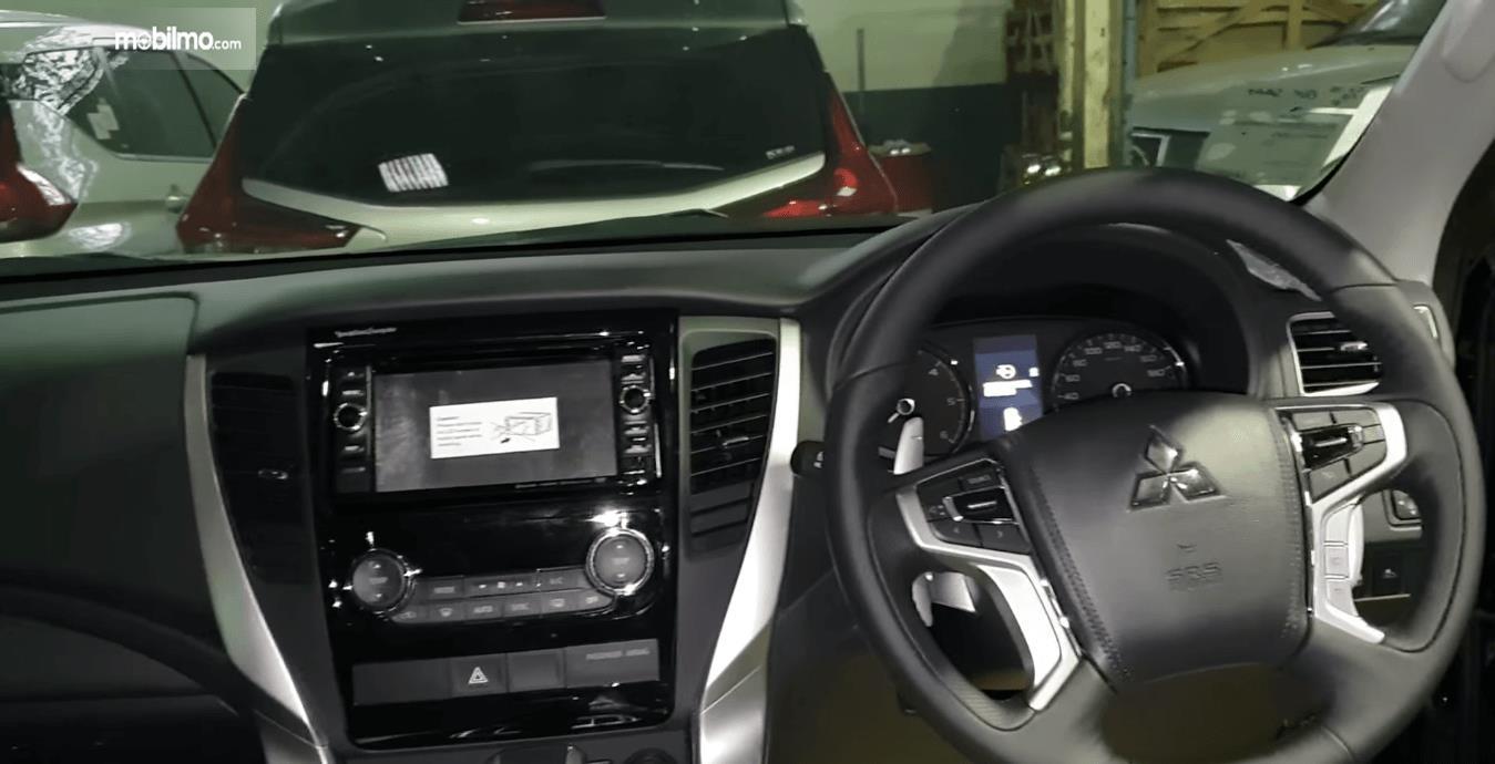 Gambar ini menunjukkan bagian dashboard dan kemudi Mitsubishi Pajero Sport Rockford Fosgate 2018