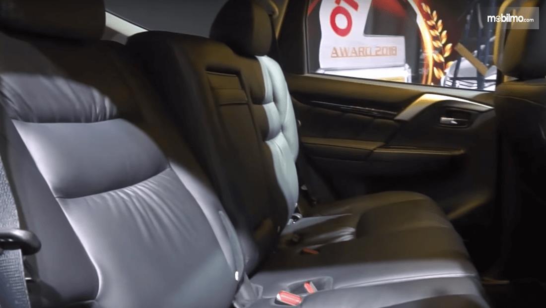 Gambar ini menunjukkan jok mobil Mitsubishi Pajero Sport Rockford Fosgate 2018