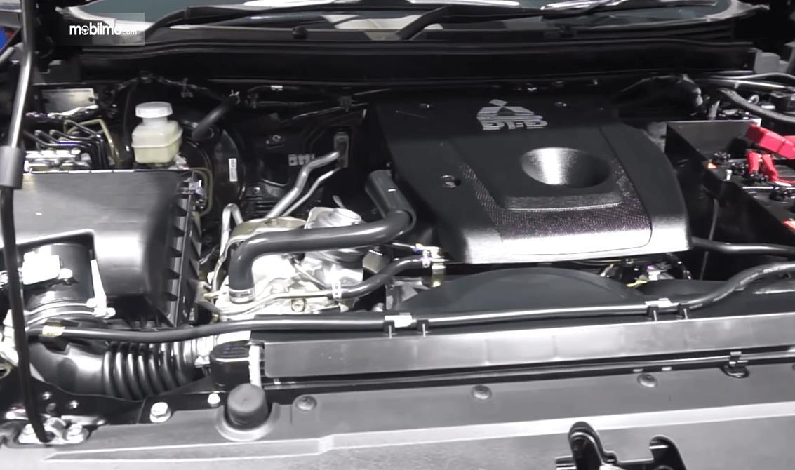 Gambar ini menunjukkan mesin mobil Mitsubishi Pajero Sport Rockford Fosgate 2018