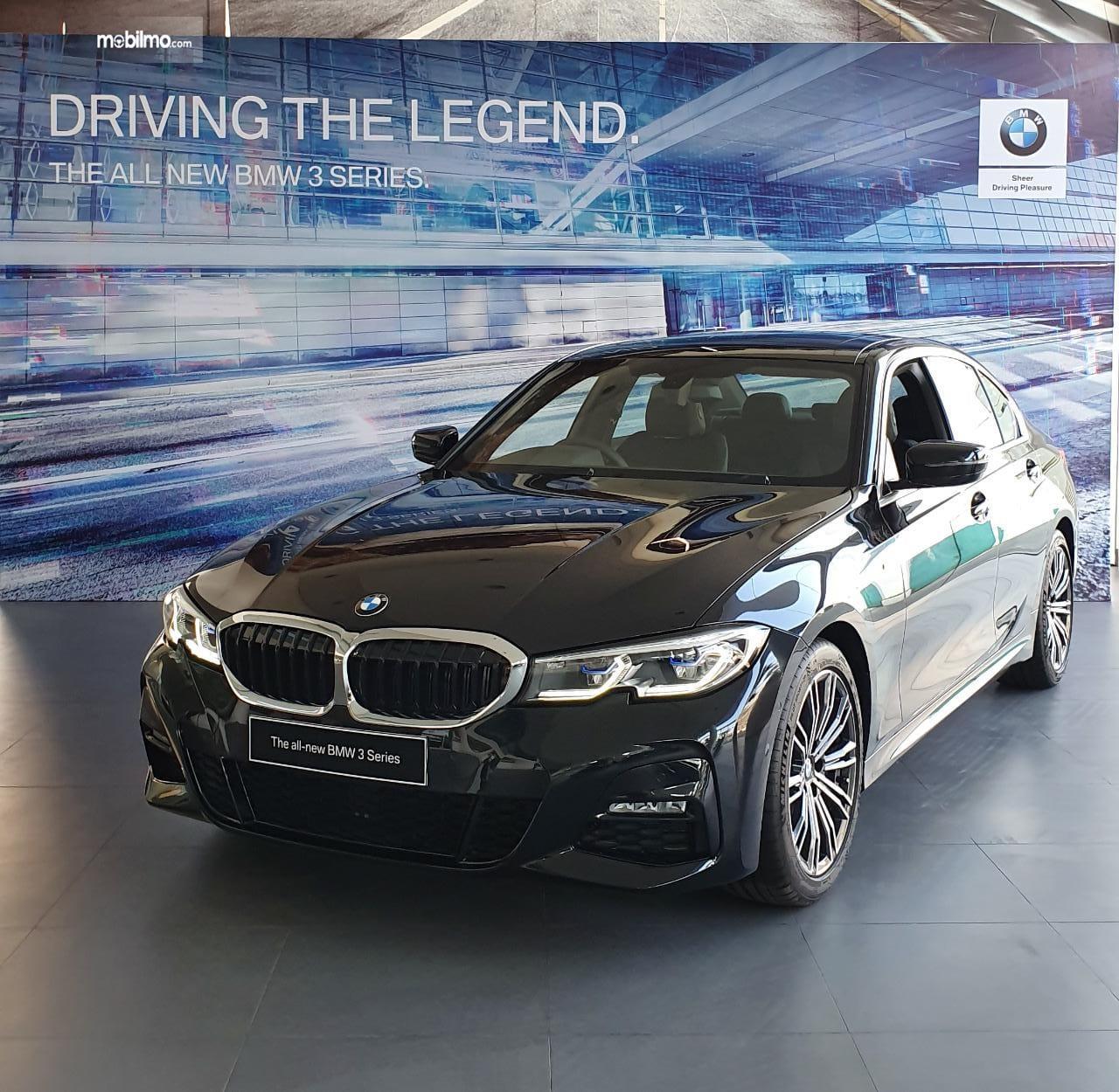 Produk BMW 330i M Sport 2019 mulai diperkenalkan di diler BMW Astra