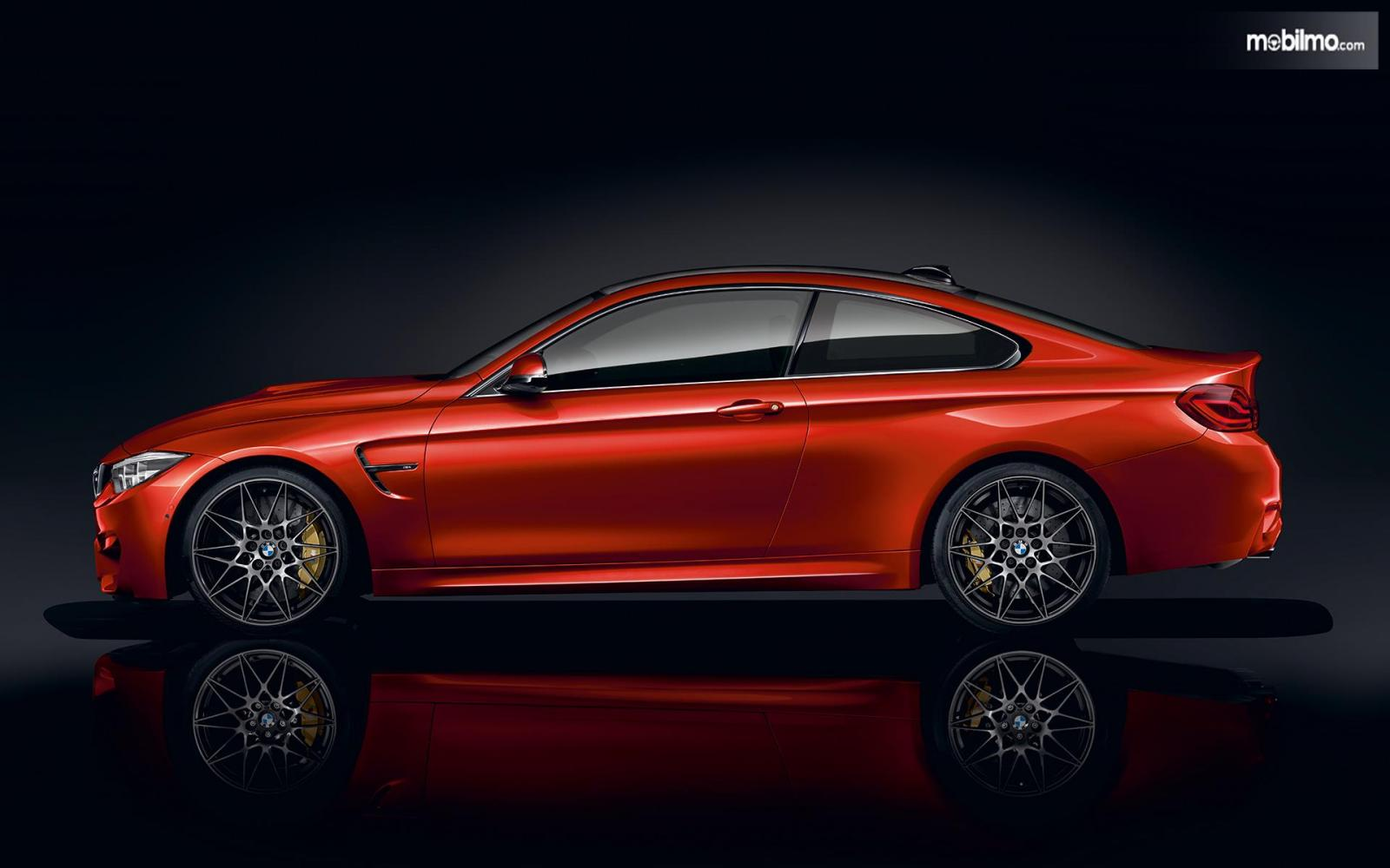 Foto BMW M4 Coupé dari samping
