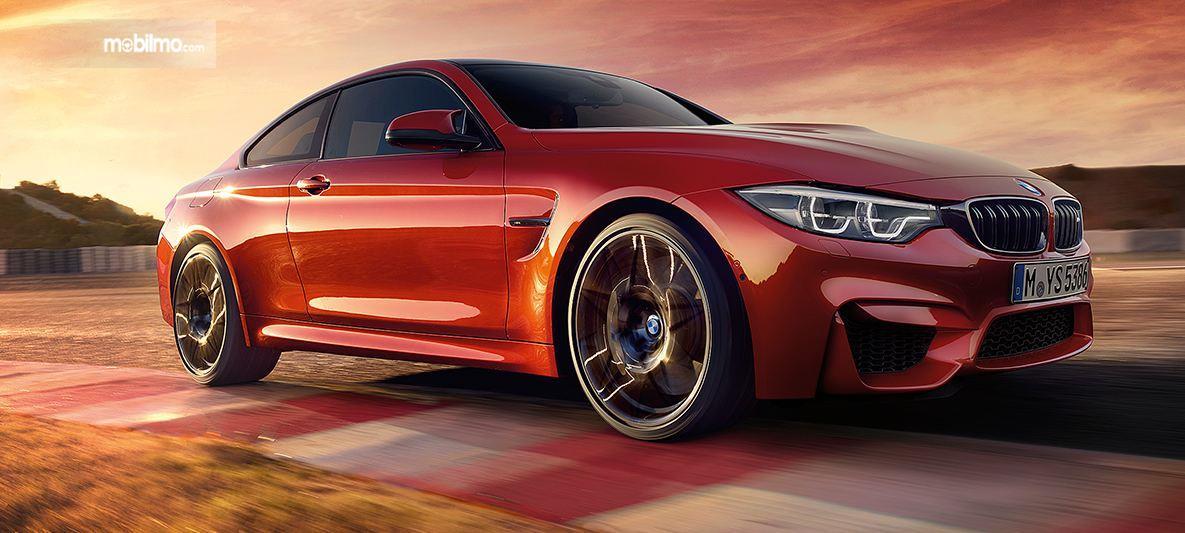 Foto BMW M4 Coupé tampak dari arah samping depan