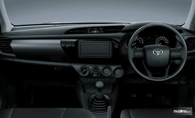 Gambar ini menunjukkan dashboard dan kemudi mobil Toyota Hilux Single Cabin 2015