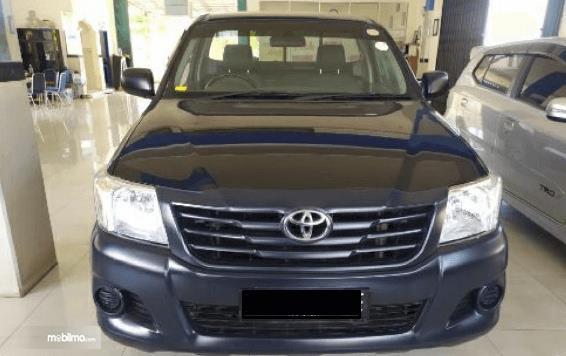 Gambar ini menunjukkan bagian depan mobil Toyota Hilux Single Cabin 2015