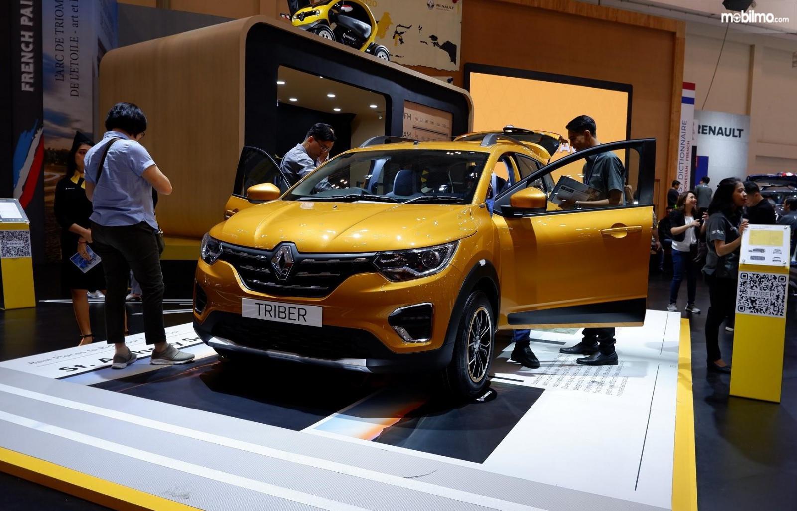 Foto para pengunjung pameran GIIAS 2019 melihat-lihat Renault Triber 2019