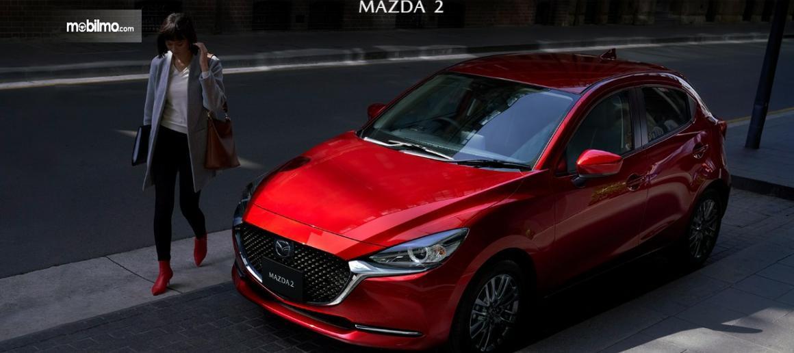 Gambar menunjukkan Mazda 2 2019 berwarna merah